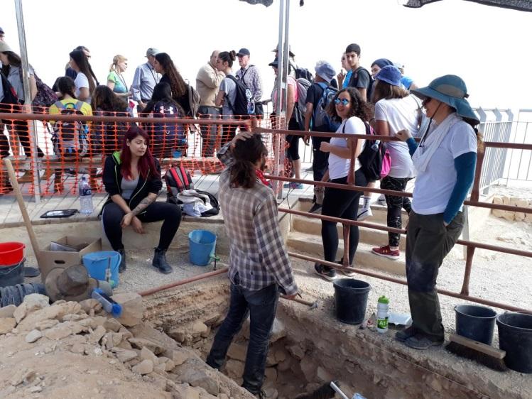 מבקרים בחפירות. צילום: חי אשכנזי